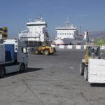 Descarga de pasta de papel con el ferry Al Andalus Express al fondo