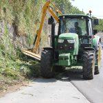 Maquinaria desbrozando los arcenes de la carretera de entrada a Motril por la N 340