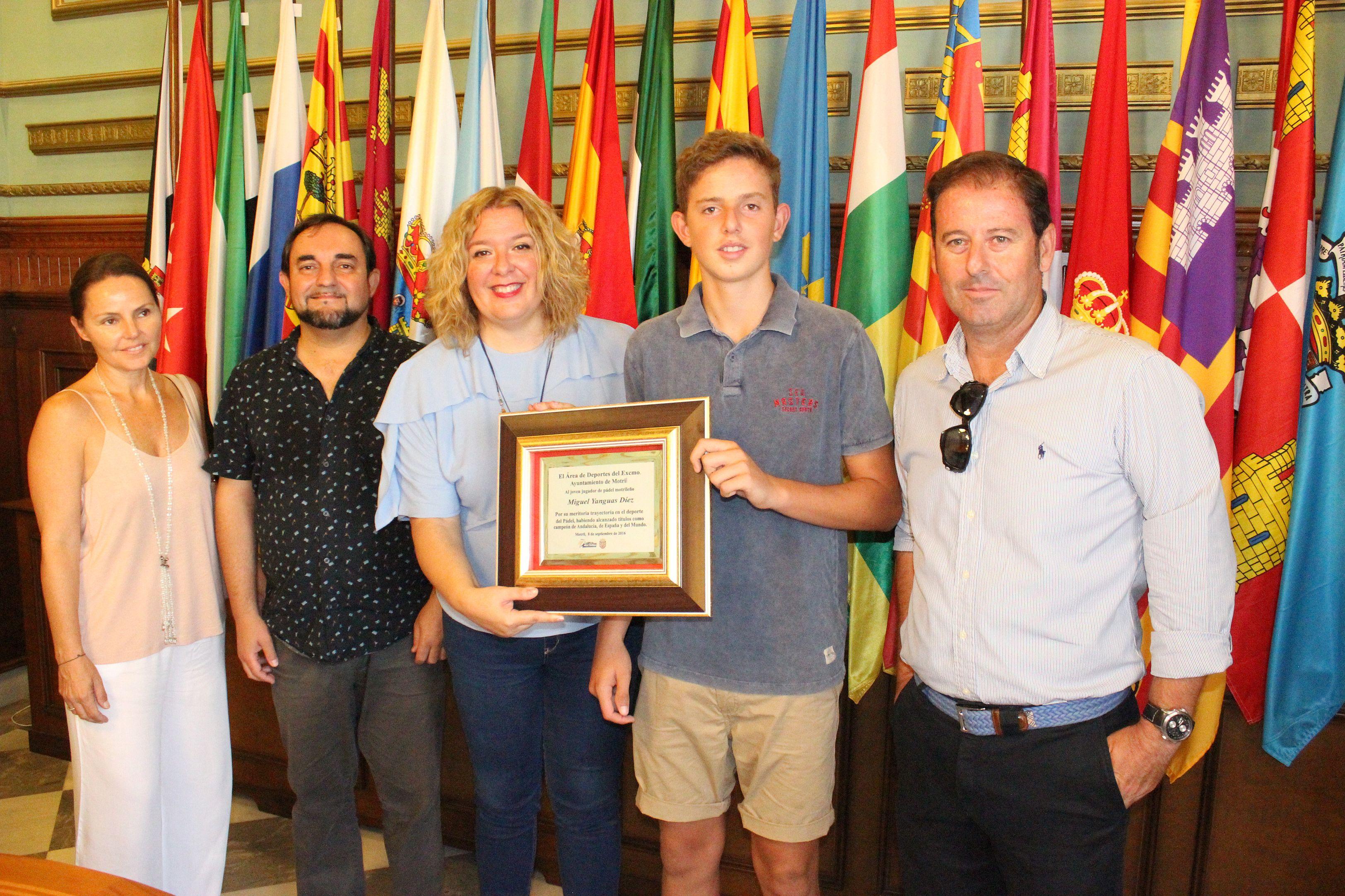 la alcaldesa de Motril entrega la placa de reconocimiento a Miguel Yanguas junto con el concejal de Deportes y la presencia de los padres del deportista