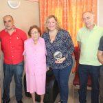 Fabiola Fernández junto a sus familiares, la alcaldesa de Motril, Flor Almón, y los concejales Gregorio Morales (de rojo) y Francisco Sánchez-Cantalejo