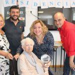 Florentina Lahoz junto a su familiar, la alcaldesa de Motril, Flor Almón, y los concejales Gregorio Morales (de rojo) y Francisco Sánchez-Cantalejo