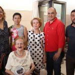 Gloria Domínguez junto a sus familiares, la alcaldesa de Motril, Flor Almón, y los concejales Gregorio Morales (de rojo) y Francisco Sánchez-Cantalejo