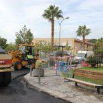 La concejala de Mantenimiento, Gloria Chica, observa el trabajo de asfaltado