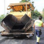 Labores de asfaltado en la calle Antonio Montero Barranco