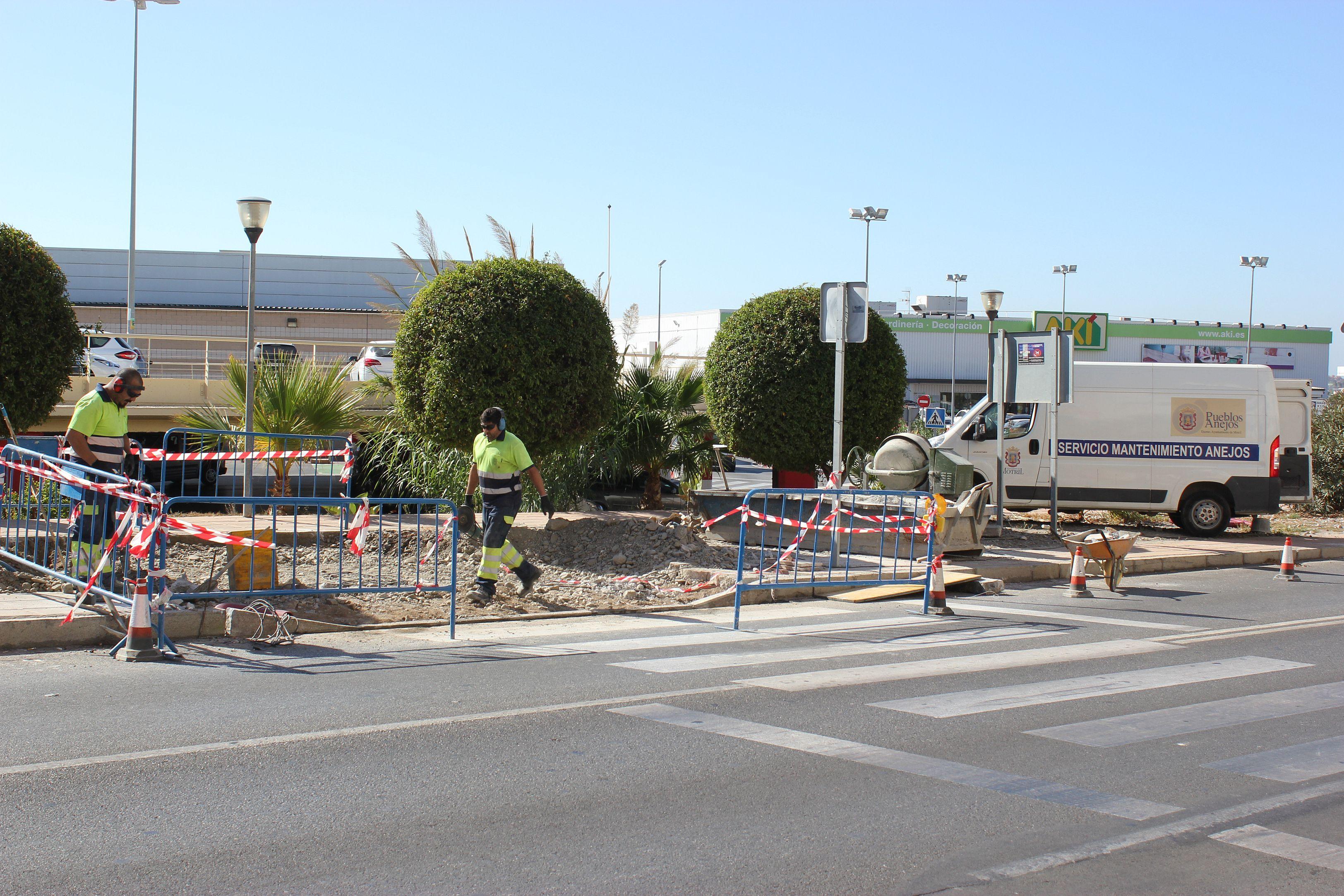 Operarios municipales ar5reglan los accesos a los pasos de peatones en la avenida de Europa