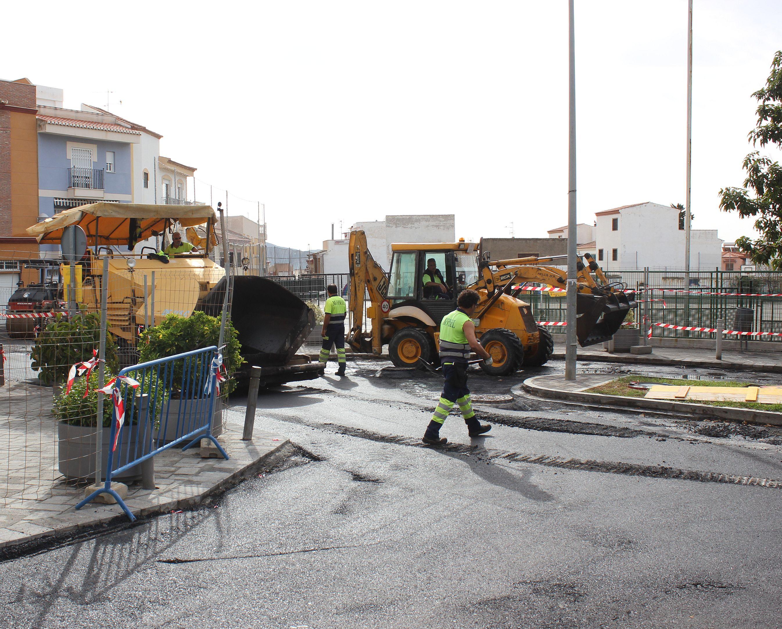 Operarios realizando trabajos de asfaltado en la calle Antonio Montero Barranco