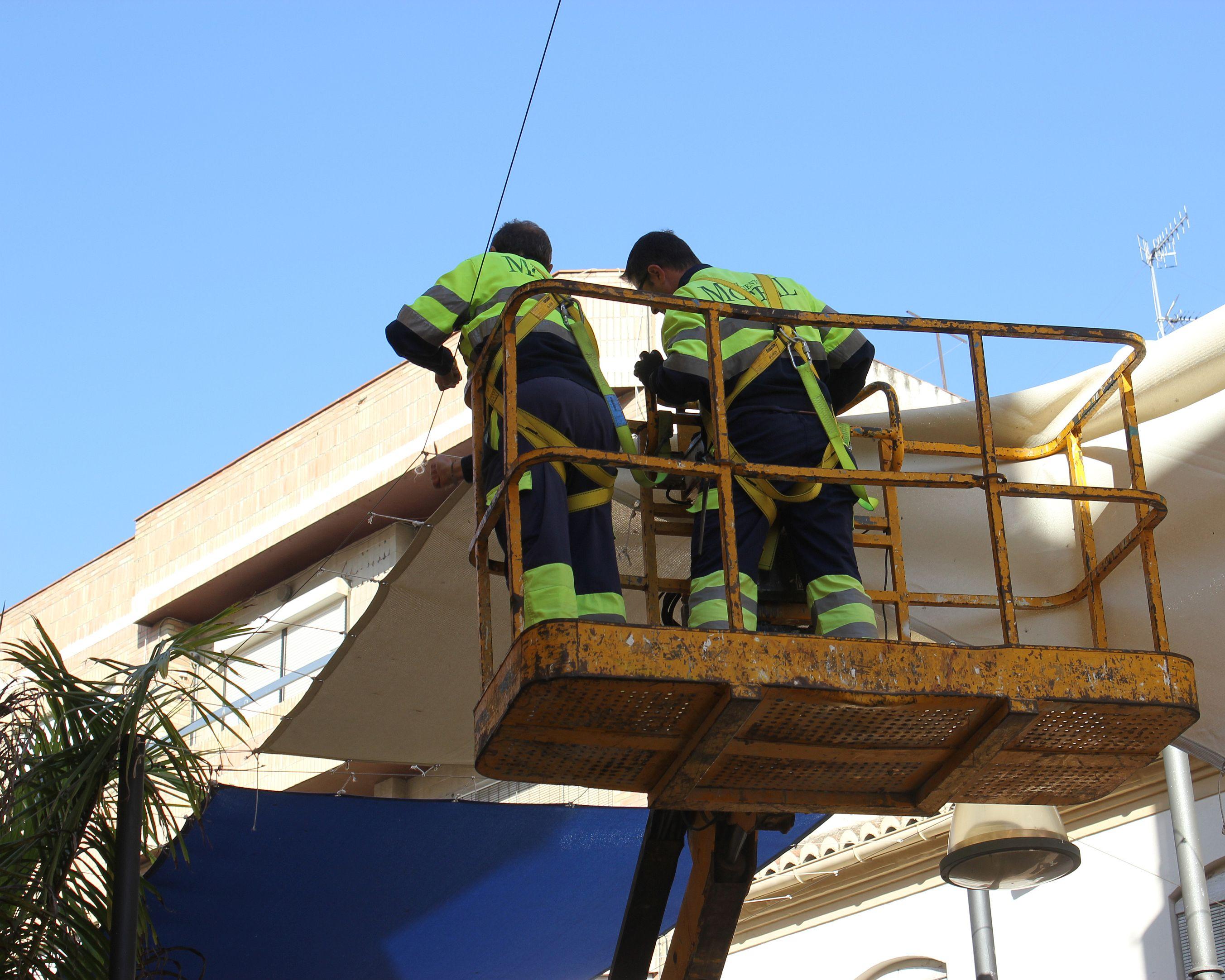 operarios-municipales-procediendo-a-la-retirada-de-toldos