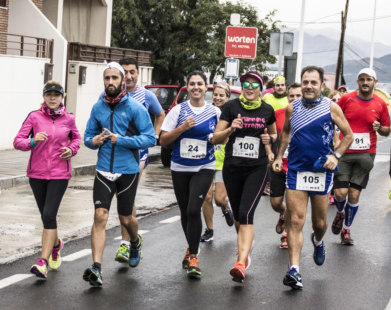 grupo-de-corredores-en-la-primera-parte-de-la-carrera